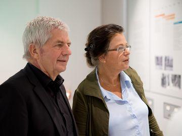 Roland Jahn und Ulrike Poppe in der Ausstellung.