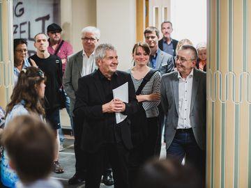 Roland Jahn führt durch die Ausstellung.