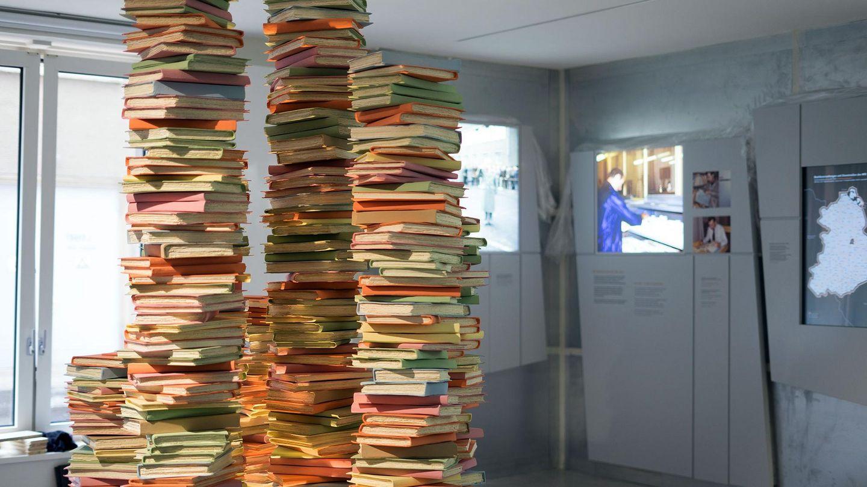 Der Aktenstapel in der Ausstellung 'Einblick ins Geheime'
