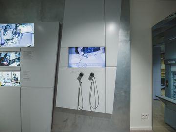Das Bild zeigt einen Ausstellungsbereich zum Thema Postkontrolle mit mehreren Medienstationen.