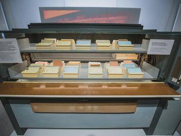 Das Bild zeigt den Blick auf einen mit Karteikarten befüllten Karteiumlaufschrank.