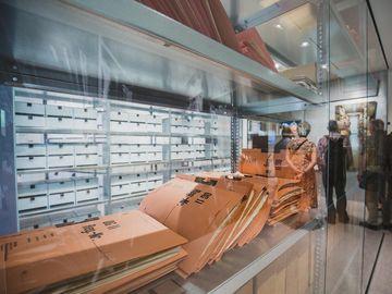 Das Bild zeigt mehrere Stasi-Akten in einer Vitrine.