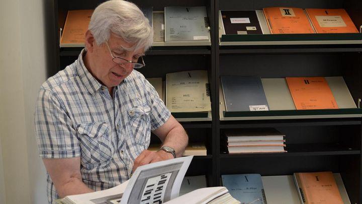 Gilbert Furian liest in einer Beispielakte.