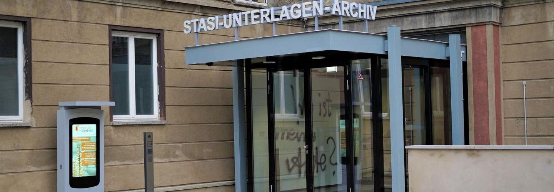 Das Bild zeigt den Eingangsbereich der Ausstellung 'Einblick ins Geheime' mit geschlossener Tür.