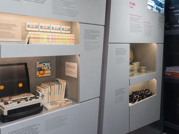 Bild des Ausstellungsbereichs zu den audiovisuellen Beständen