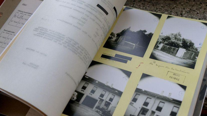 Blick auf einen aufgeschlagenen Band aus der Beispielakten-Sammlung in der Ausstellung 'Einblick ins Geheime'.