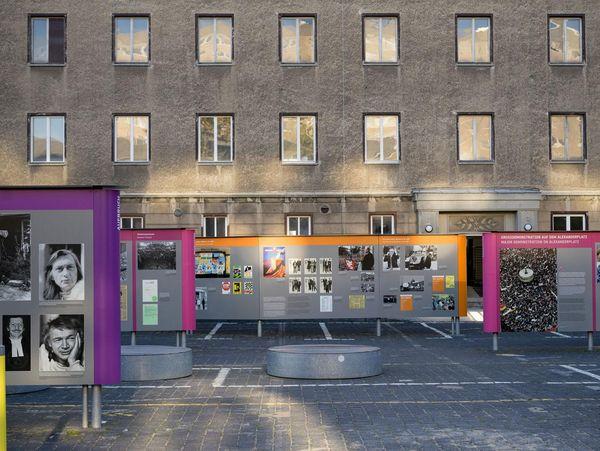Blick in die Ausstellungstafel der Open-Air-Ausstellung 'Revolution und Mauerfall'