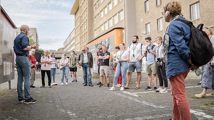 Das Bild zeigt Besucher bei einer Geländefühung in der ehemaligen Stasi-Zentrale.