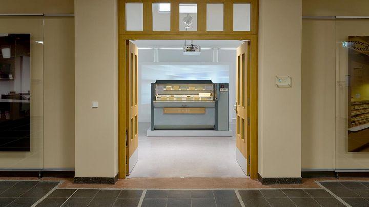 Blick durch die offene Tür auf einen originalen Karteiumlaufschrank der Stasi in der Ausstellung 'Einblick ins Geheime'