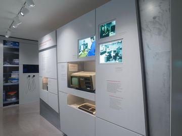 Das Bild zeigt eine Ausstellunsgwand mit mehreren Medienstationen.